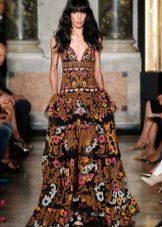 Въртяща лятна рокля на пода