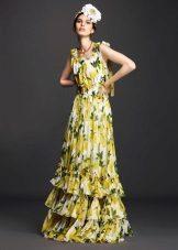 Amarelo vestido de verão em camadas