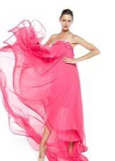 Vestido rosa de verão no chão