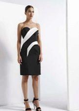 Svart og hvit stroppeløs kjole