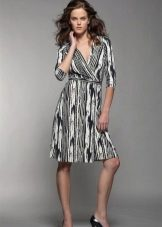 A fekete-fehér ruhadarabot függőleges mintával tekerje