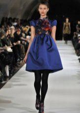 Kort blå klänning med klocka kjol med hög midja