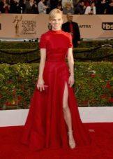 Vestido longo vermelho com uma saia sol com uma fenda