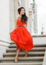 Vestido vermelho de verão com uma saia do sol