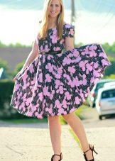Estampa floral no vestido com uma saia o sol para o pleno