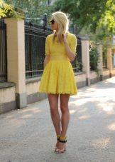 Rochie cu o fusta de soare, cu un maneca trei sferturi