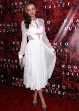 Vestido branco com uma saia de comprimento médio sol