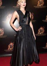Vestido preto de comprimento médio com saia de sol