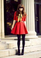 Vestido curto vermelho com uma saia do sol