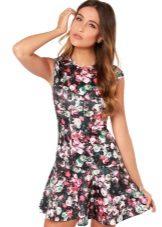 Blommig kort klänning med låg midja