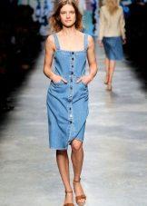 Denim kjole, kjole av gjennomsnittlig lengde på knappene