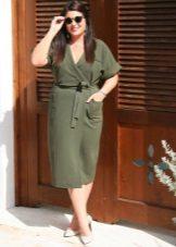 Vestido com um cheiro no estilo militar para mulheres obesas com uma figura como a Apple