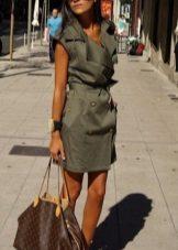Vestido em estilo militar
