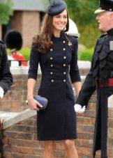 Vestido preto em estilo militar com uma fileira dupla de botões no peito