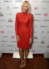 Punainen mekko, jossa on eko-nahkainen rei'itys