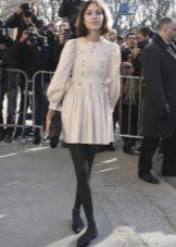 Vestido curto no estilo dos anos 60