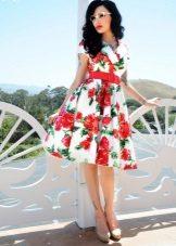 Vestido com uma saia fofa no estilo dos anos 60