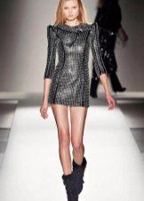 Botas para um vestido de couro preto