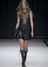 Botas para um vestido preto curto