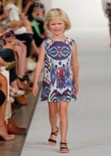 Vestido de verão para meninas com um padrão