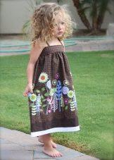 Vestido elegante com uma estampa de flor para a menina