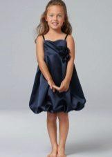 Vestido elegante de balão para uma menina cheia
