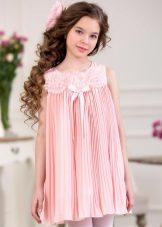 Trapézio vestido elegante para uma menina curta