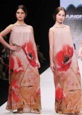 Vestido elegante para a menina em um piso com uma estampa de flor