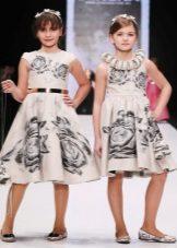Vestido elegante para a menina de uma silhueta com uma estampa de flor
