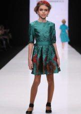 Vestido elegante para a menina curta com uma estampa de flor