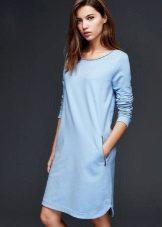 sininen mekko jaloista, jossa on laaja kaula