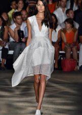 valkoinen organza-raidallinen mekko