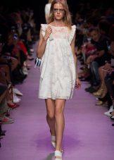 Kısa beyaz elbise sandalet