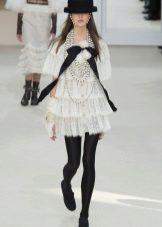 Beyaz bir elbiseye sıkı külotlu çorap