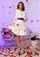 Beyaz kısa elbise mavi kemer