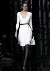 Beyaz elbise siyah tayt