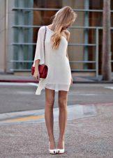 Beyaz elbise kırmızı çanta