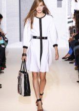 Beyaz elbise hacimli çanta