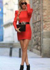 Acessórios pretos para um vestido de bainha vermelha