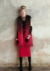 Colete de pele para um vestido de bainha vermelha