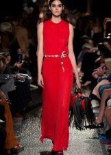 Bolsa vermelha para um vestido de bainha vermelha