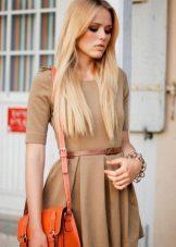 bolsa laranja para vestido bege