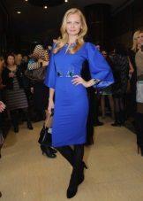 Tight pantyhose to a blue dress