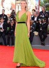 Faixa preta para um vestido verde longo