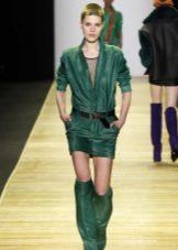 Botas em tom para o vestido verde