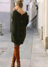 Botas marrons para um vestido verde