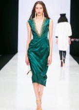 Vestido verde com sapatos de cor clara