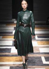 Vestido verde com acessórios pretos