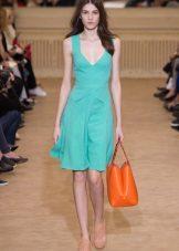 Bolsa laranja para o vestido verde