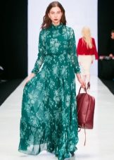 Bolsa vermelha para o vestido verde